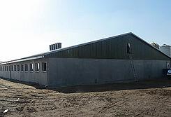 Nueva nave para la cría de porcinos con instalaciones porcinas modernas y sistemas para la alimentación seca y climatización de la nave