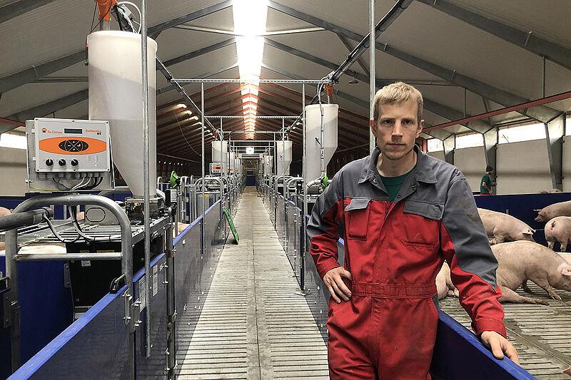 El granjero se encuentra en el pasillo largo con corrales a izquierda y derecha