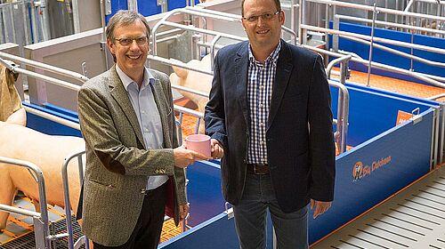 Magnus Westerkamp y Björn Markus en la sala de exposiciones de Big Dutchman