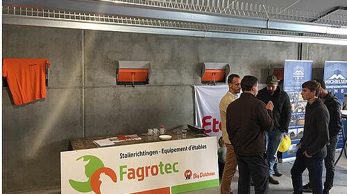 Estand de información de Fagrotec con visitantes