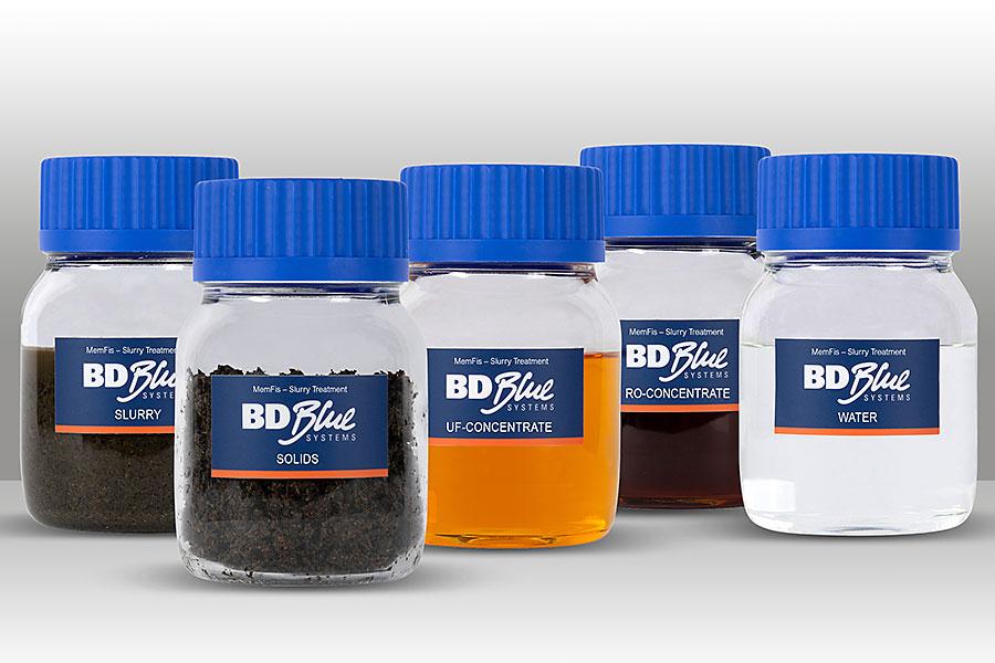 Cinque piccole bottiglie rappresentano le differenti fasi del processo
